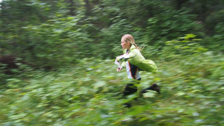 Die Nachwuchsläuferin der OLG Biberist SO auf dem Weg zum nächsten Posten.