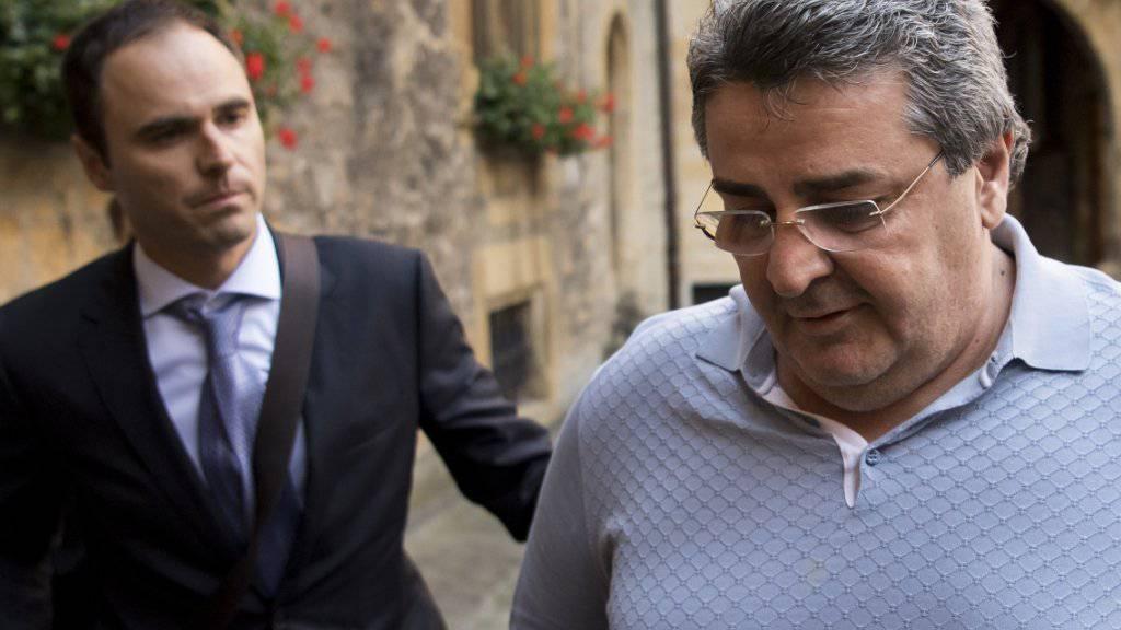 Wies alle Vorwürfe im Zusammehang mit der Xamax-Pleite zurück: Bulat Tschagajew am Dienstag in Begleitung seines Anwalts Dimitri Iafaev auf dem Weg an die Gerichtsverhandlung in Neuenburg.