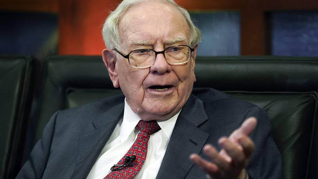 Der legendäre Investor Warren Buffett. einer der reichsten Menschen der Welt, hat sich zusammen mit anderen Milliardären wie Bill Gates dazu verpflichtet, mindestens die Hälfte ihres Vermögens zu spenden. Dieses Ziel hat er inzwischen erreicht. (Archivbild)