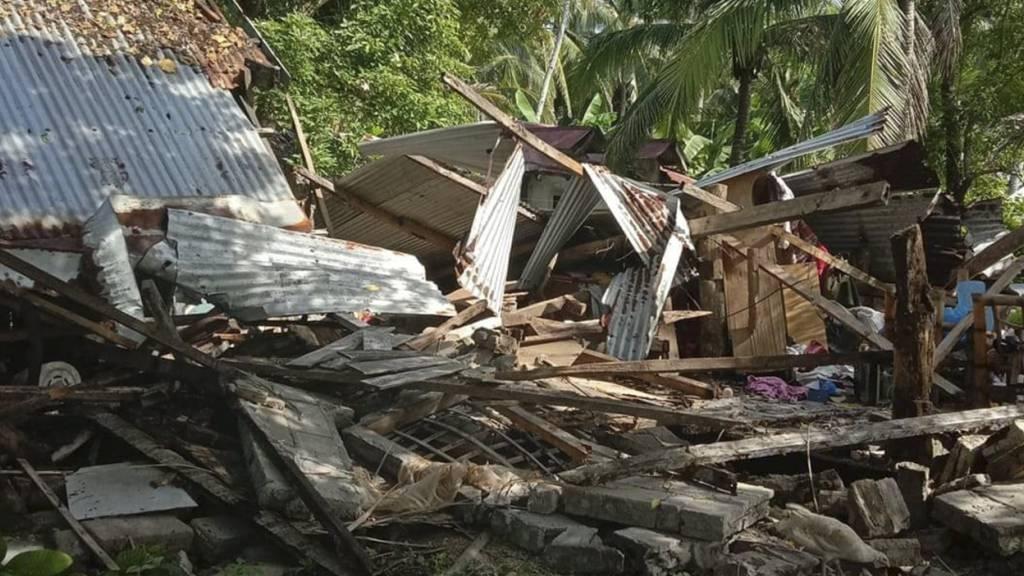 Ein umgestürztes Haus im philippinischen Masbate. Hier ereignete sich ein Erdbeben der Stärke 6,6 rund 430 Kilometer südlich von Manila.