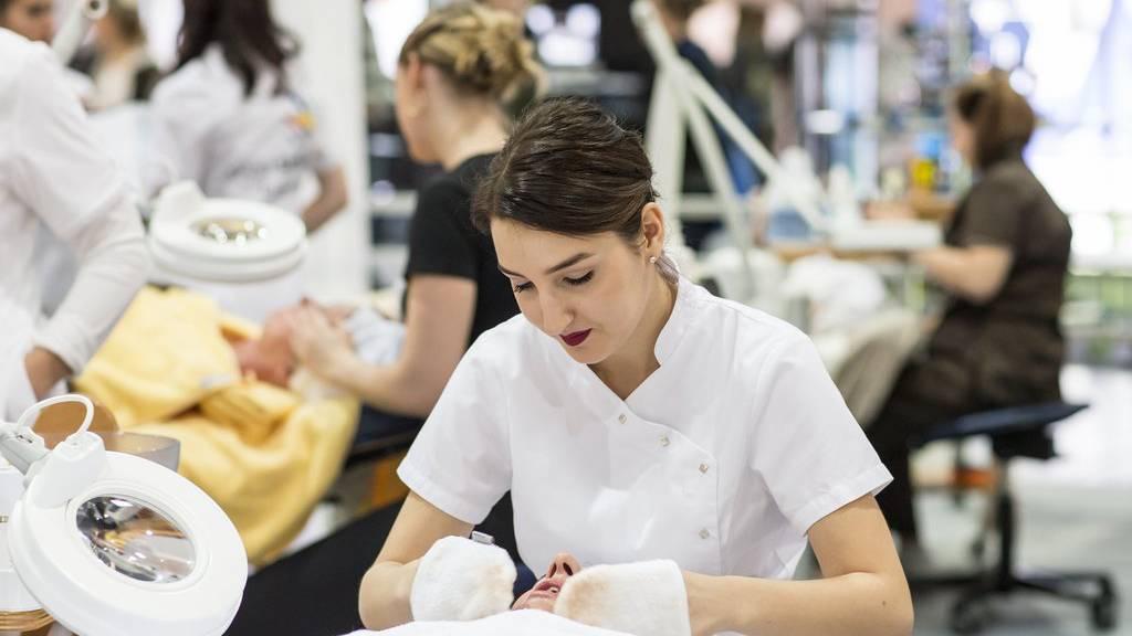 Eine junge Frau nimmt an der Schweizer Berufsmeisterschaft der Kosmetikerinnen anfangs November in Luzern teil (Archiv).