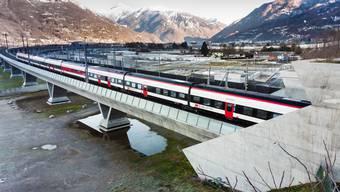 Der erste Zug fährt durch den am 13.12.2020 um 10 Uhr in Betrieb genommenen Ceneri-Basistunnel.