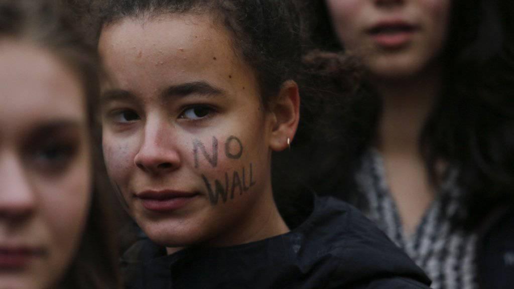 «No wall»: Eine Studentin protestiert in New York gegen US-Präsident Donald Trump, dessen Einreiseverbot für Flüchtlinge und die geplante Mauer an der Grenze zu Mexiko. (Archiv)