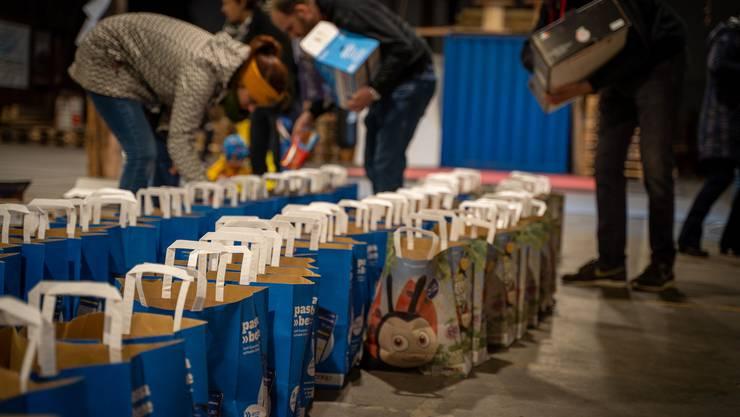 Dutzende «Säggli» wurden gefüllt, um sie Familien vorbeibringen zu können.