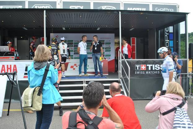 Tour de Suisse-Direktor Olivier Senn dankt dem Gansinger OK-Chef Emanuel Hüsler für den Einsatz.