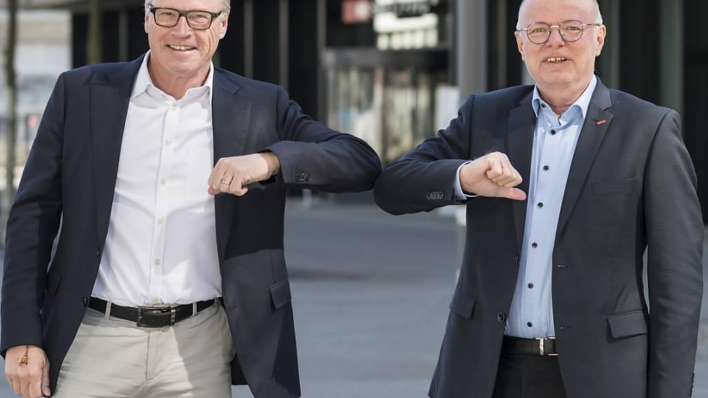 Der alte und der neue SBB-Chef, Andreas Meyer (links) und Vincent Ducrot, verdienten im vergangenen Jahr zusammen 1,586 Millionen Franken. (Archivbild)