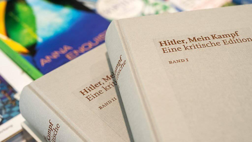 """Bei den Schweizer Buchhändlern nur übers Internet erhältlich: die neue kommentierte Ausgabe von Adolf Hitlers """"Mein Kampf""""."""