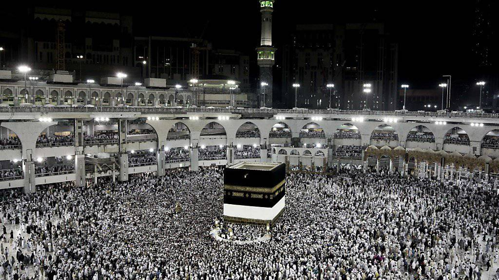 Muslimische Pilger umrunden die Kaaba in Mekka