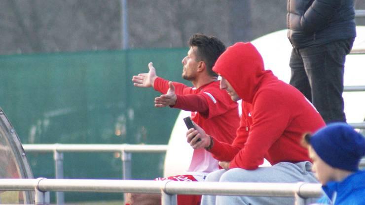 Naim Haziri (links) gibt auch nach dem Platzverweise weiter Kommentare in Richtung des Schiedsrichters ab.