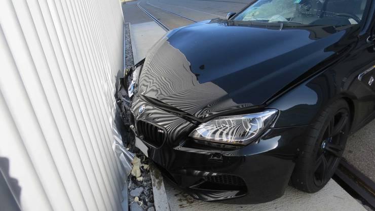 Nachdem der Fahrer die Kontrolle über sein Fahrzeug verlor, prallte er frontal in die Wand eines Fabrikgebäudes.