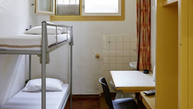 Wer eine Doppelzelle belegt, teilt mit seinem Mitinsassen Lavabo, WC, TV-Gerät und einen kleinen Tisch.