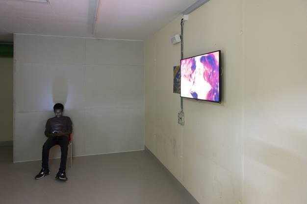 Auf dem Laufenden bleiben: Ein Asylbewerber im Fernsehzimmer.