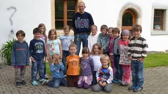 Peter Säuberli inmitten «seiner» Kinder.
