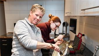 Katrin Kissling mit Tochter Martina, die ihr auch beim SRF-Kochwettbewerb assistierte, in der Küche am Waffeln backen.
