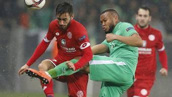 Der Mainzer Yunus Malli, hier im Europa-League-Duell mit Saint-Etiennes Pierre-Yves Polomat, wechselt vom Team von Fabian Frei zum Team von Diego Benaglio und Ricardo Rodriguez
