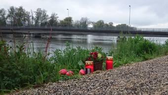 Am Aaredamm in Döttingen liegen Blumen und brennen Kerzen in Gedenken an den verstorbenen E-Biker.