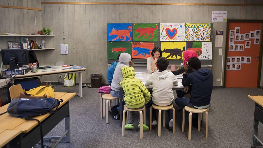 Im zweiten Quartal ist die Zahl der Asylsuchenden in der Schweiz stark zurückgegangen. Im Bild junge Asylsuchende im Deutschunterricht.