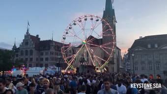 Von Freitag bis Sonntag war Zürich drei Tage im Ausnahmezustand. Das Züri Fäscht zog auch dieses Jahr die Massen an. Neben vielen Attraktionen wie Feuerwerk, Drohnenshow oder schwimmenden Autos, wurden nach Einbruch der Dunkelheit an allen Ecken der Stadt Partys gefeiert. Im Video nochmals die Highlights des dreitägigen Grossanlasses.