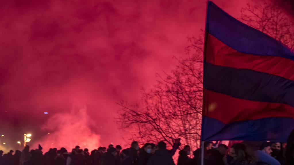 FCB-Fans versammeln sich um das Stadion vor dem Fussball Meisterschaftsspiel der Super League zwischen dem FC Basel und dem FC Luzern im Stadion St. Jakob-Park in Basel. Die Polizei hat die Demonstration bewilligt, mit der gegen die Club-Führung protestiert wird.