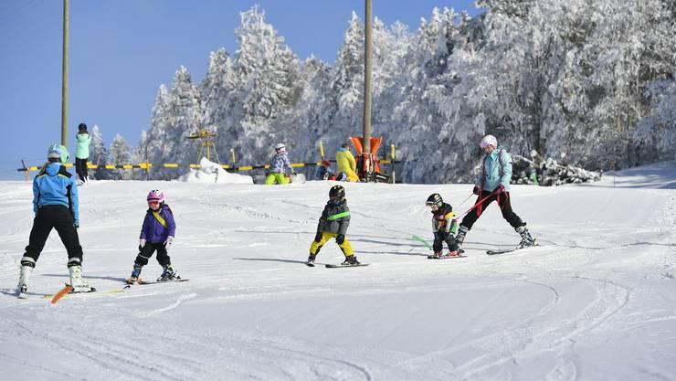 Die beiden Schwestern Mirthe und Sanne Hummel, die Skilehrerinnen für die Kleinsten. Ganz hinten an der Leine ist der jüngste Teilnehmer: Andrin ist gerademal 3 Jahre alt.