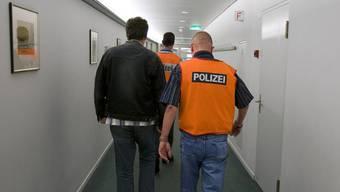 Ohnmacht bei der Polizei: Kriminelle reisen mit Falschnamen wieder in die Schweiz ein. (Symbolbild)