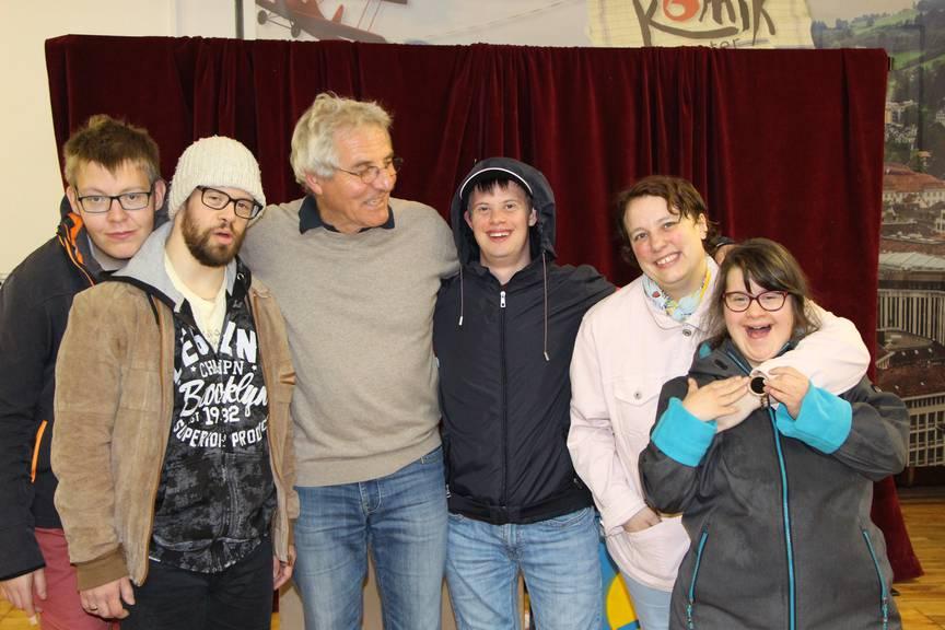 Von links nach rechts: Silas (Silasino), Samuel (Sam), Olli Hauenstein (Olli), Markus (Marco), Manuel (Ella), Joanna (Nana) (Bild: FM1Today/Noémie Bont)