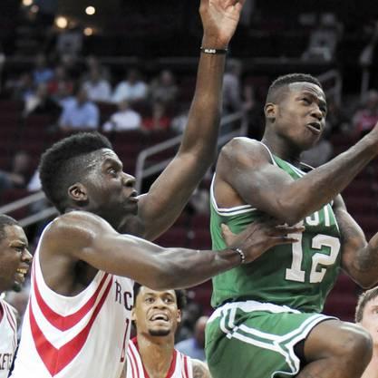 Capela (l.) in Diensten der Houston Rockets versucht beim 95:111 gegen die Boston Celtics.