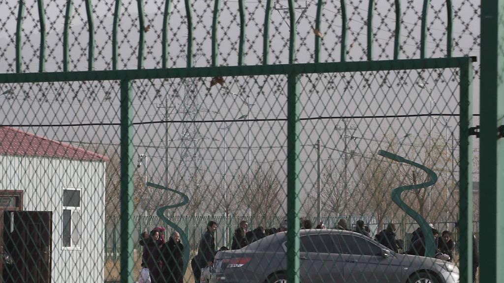 """Menschen in einem vom Ausland als """"Internierungslager"""" bezeichneten Camp für Uiguren in Artux im Westen Chinas. (Archivbild)"""