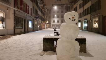 Kaum das Büro verlassen, wurden die Aarauer am Donnerstagabend zu Schnee-Rodins, schmückten ihre Altstadt mit einem Dutzend Schneemännern.