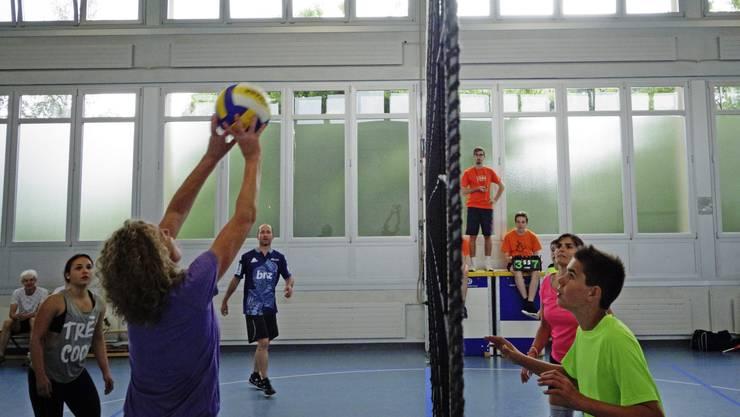 Das Volleyballturnier war vom Regen nicht betroffen, anders die Unihockey- und Fussballspieler.