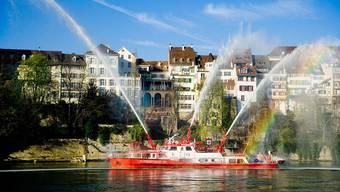 Das Löschboot Christophorus eilte dem havarierten Wassertaxi nach und befestigte es. (Archivbild)