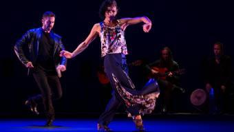 Zwischen Anziehung und Ablehnung: Don Juan (Eloy Aguilar) umgarnt eine seiner drei Musen (Raquel Lamadrid). Alex Spichale