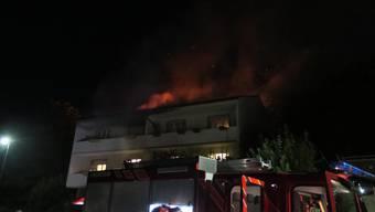 Der Brand beschädigte ein Doppeleinfamilienhaus.