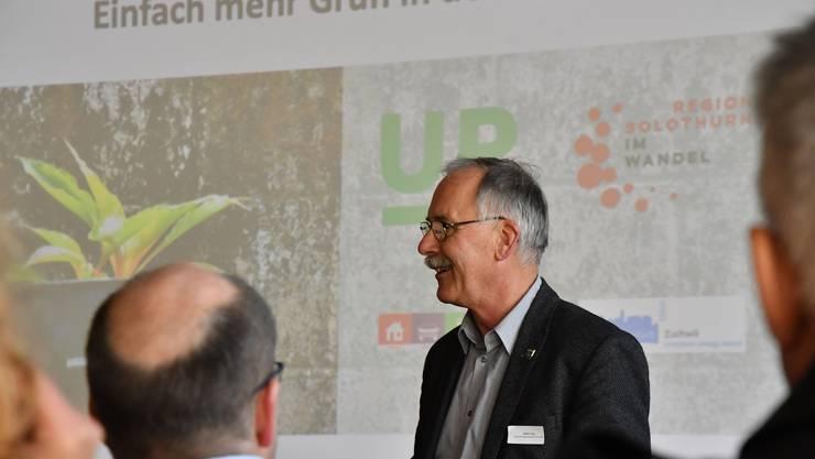 Stefan Hug, der Gemeindepräsident von Zuchwil, begrüsst die Teilnehmerinnen und Teilnehmer des Workshops.