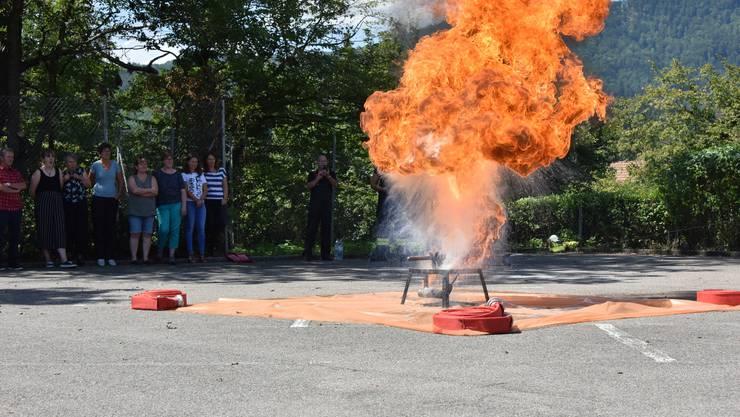 Dies ist das Ergebnis, wenn brennendes Öl mit Wasser bekämpft wird.