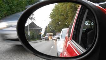 Künftig wird der Bus in den Stosszeiten den Stau auf der Zurzacherstrasse überholen dürfen, damit er pünktlicher ist.