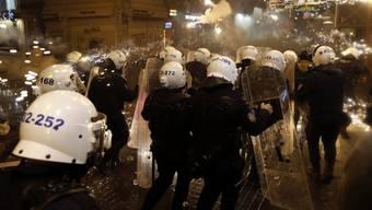 Feuerwerkskörper gegen Polizisten in Istanbul