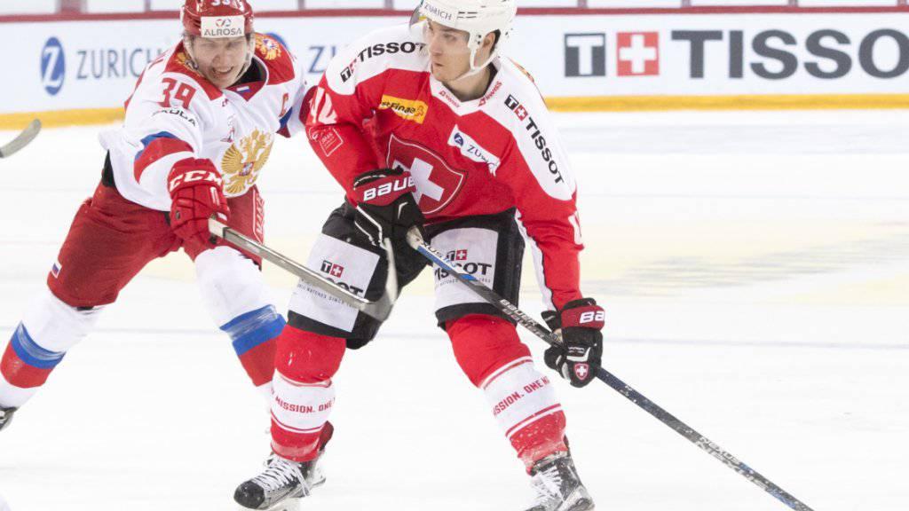 Torschütze Pius Suter hält Stepan Sannikow auf Distanz