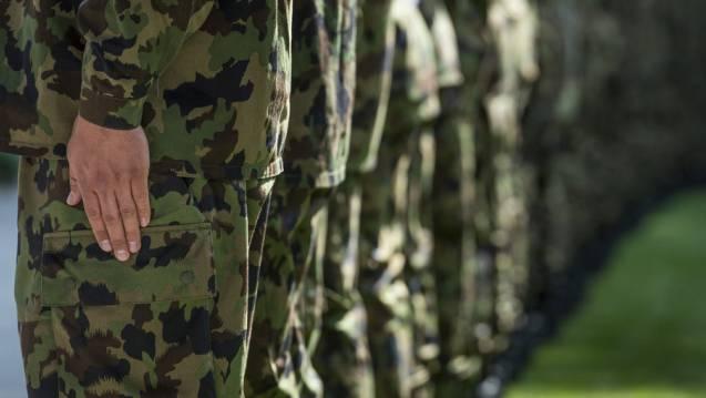 In Soldatenuniform sehen alle zum Verwechseln ähnlich aus; das Individuum verschwindet.