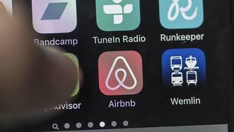 Der Online-Apartment-Vermittler Airbnb hat sich in der Coronavirus-Krise frisches Geld besorgt. (Symbolbild)