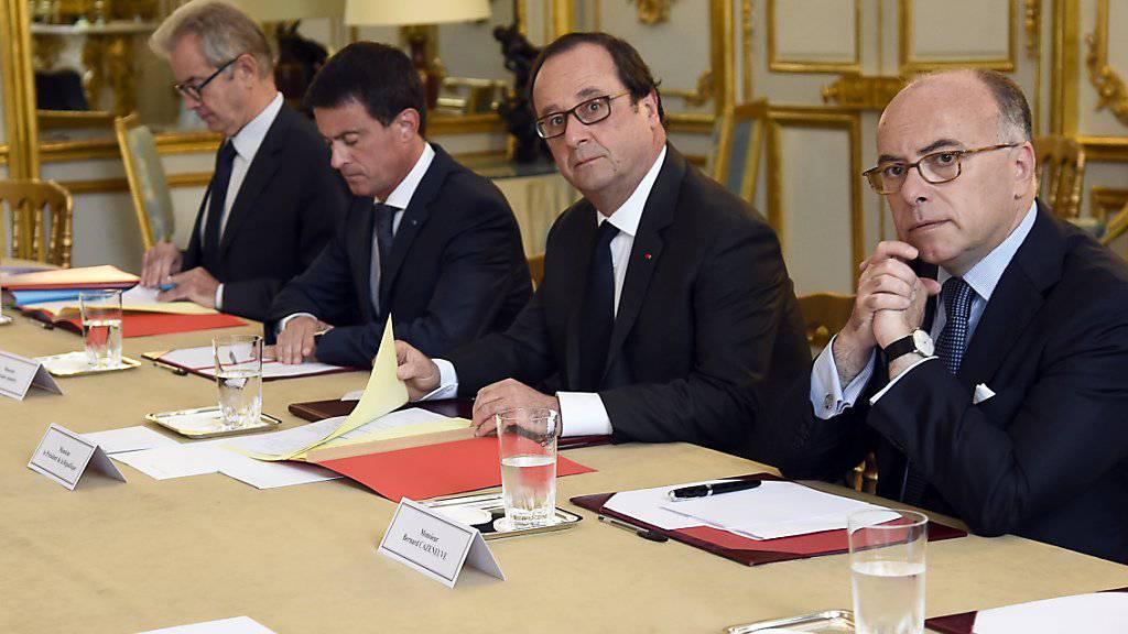 In einem neu veröffentlichten Video wendet sich einer der Attentäter, der in einer Kirche in Frankreich einen Prediger tötete, direkt an Staatspräsident François Hollande (zweiter von rechts) und Premierminister Manuel Valls (zweiter von links).