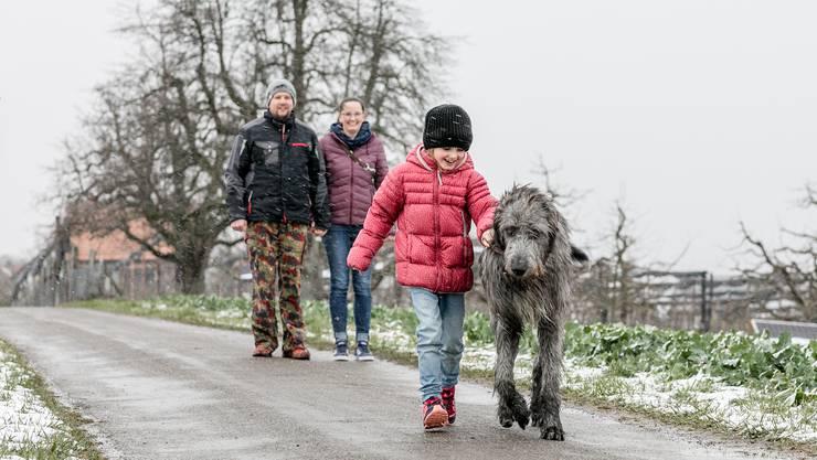 Wenn die siebenjährige Ronja Seybold mit Yvan unterwegs ist, sind die beiden fast auf Augenhöhe.