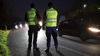 Polizisten kontrolieren Fahrzeuge, im Rahmen der Anti-Einbruch-Aktion der Kantonspolizei Aargau, am 22. November 2019 bei der Autobahnauffahrt Rothrist. Am Freitagabend wurden an den Ausfahrten der Autobahn A1 im Kanton Aargau jedes Fahrzeug durch Patrouillen der Polizei und Grenzwache visuell überprüft und im Verdachtsfall eingehend kontrolliert.