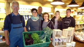 Das Team des neuen Bio-Hofladens auf dem Eichberg mit Gärtner Peter Walthert, Ladenleiterin Karin Jost, sowie Daniel, Marlene, Sarah und Raphael Mahler.tf