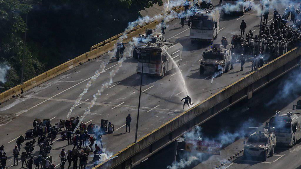 Strassenschlachten zum Jahrestag: Die Schliessung eines TV-Senders in Venezuela vor zehn Jahren führt zu Demonstrationen in Caracas.