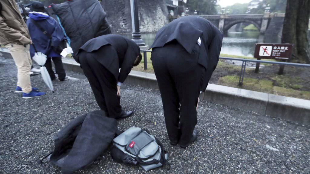 Viele Japaner verbeugten sich am Mittwoch auf Strassen und Plätzen zu Ehren des neuen Kaisers Naruhito.