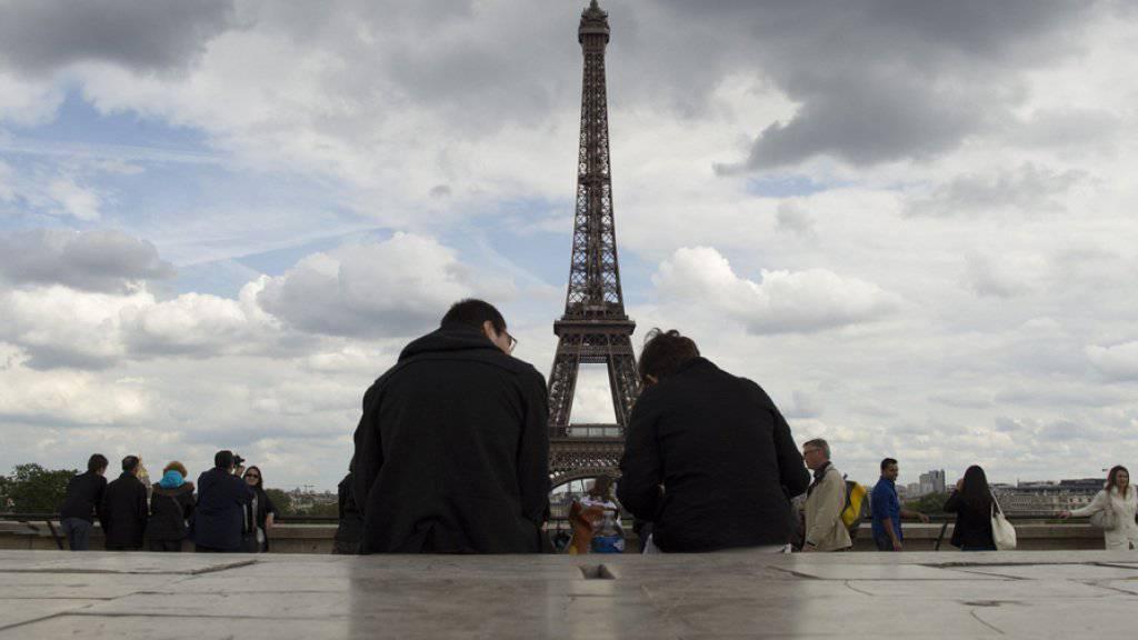 Der Eiffelturm in Paris zieht tausende Touristen an (Archiv)