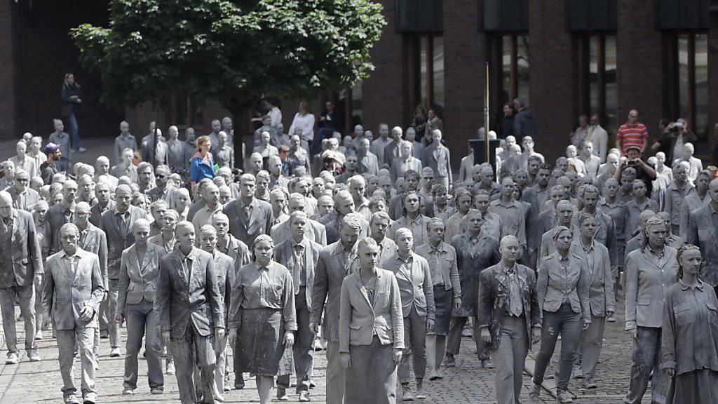 """Die Performance """"1000 GESTALTEN"""" in den Strassen Hamburgs als Protest gegen den G20-Gipfel"""