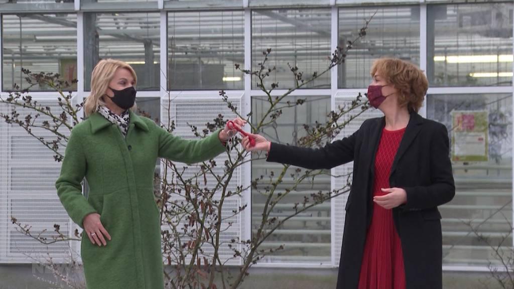 Schlüssel und Gummistiefel für die neue Gemeinderätin Marieke Kruit