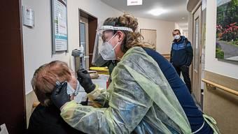 Mit Corona-Schnelltests sollen künftig Ausbrüche in Alters- und Pflegeheimen besser verhindert werden.